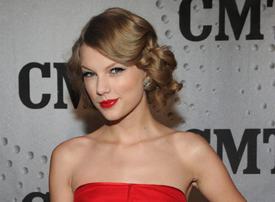 POLL: Do You Think Taylor Should Keep Her Love Life Quiet?