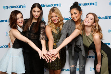 5 Pictures That Prove That  The Girls From 'Pretty Little Liars' Are Actually Best Friends