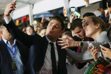 5 Celebs Who Hate Taking Pictures With Fans