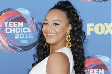 WATCH: Nia Sioux Catches Up With Maddie Ziegler and More on the Teen Choice Awards Pink Carpet