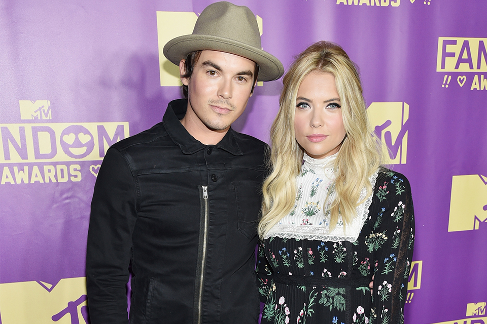 Wie is Tyler Blackburn dating Ashley Benson