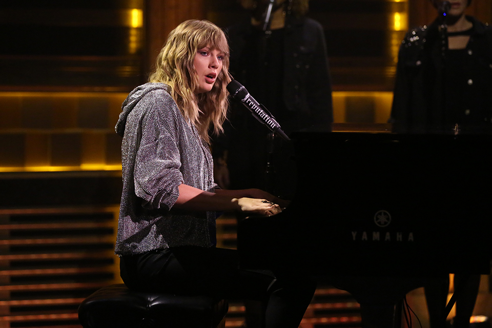Taylor Swift Gives a Surprise Performance of 'New Year's Day' on 'The Tonight Show'